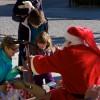 Bastorfer Weihnachtsmann verschenkt Bonbons