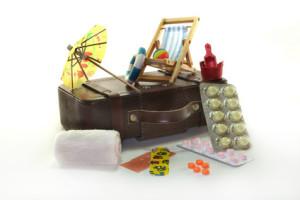 Reiseapotheke mit Koffer und Medikamenten